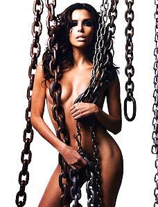 Eva Longoria posa nua coberta por correntes de ferro