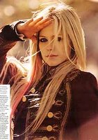 Avril Lavigne faz ensaio e critica Paris Hilton em revista